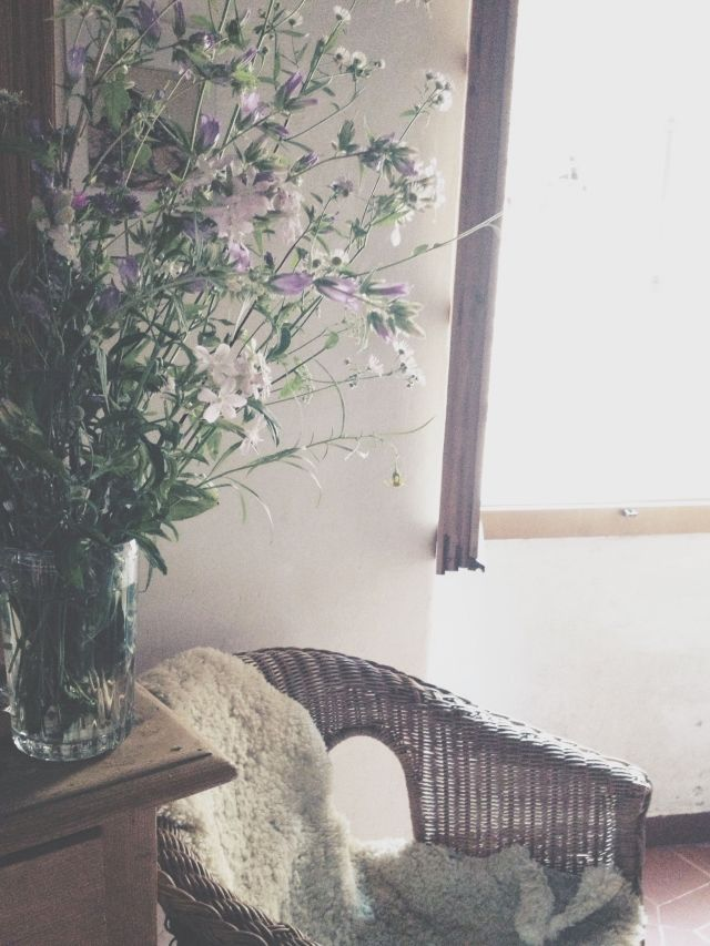 Rural living room with wild flowers via Stilzitat blog