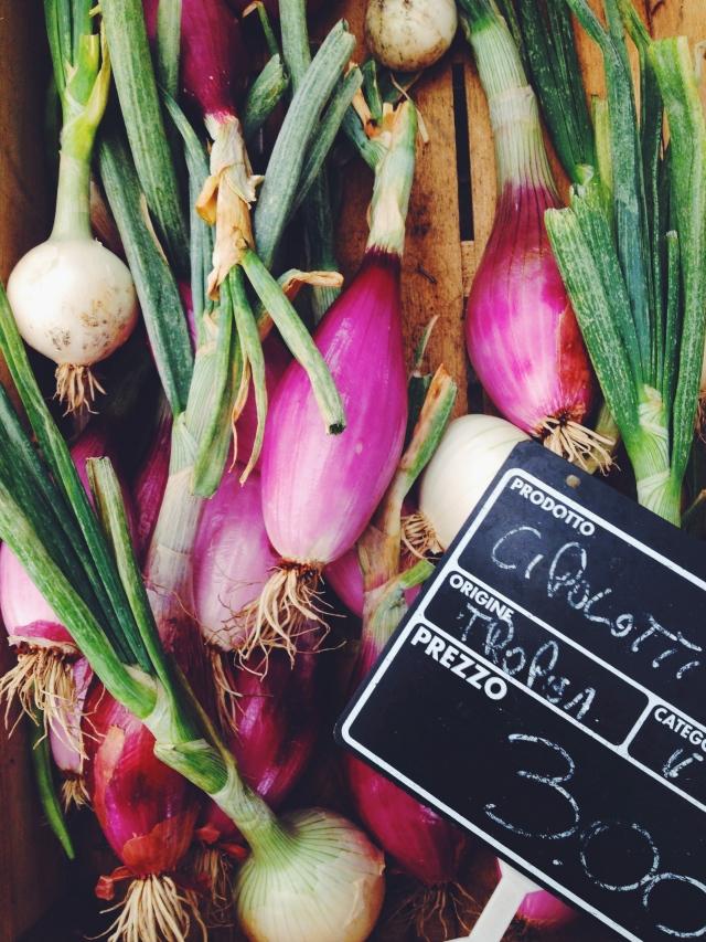 Onions on italian market Riva del Garda via Stilzitat blog