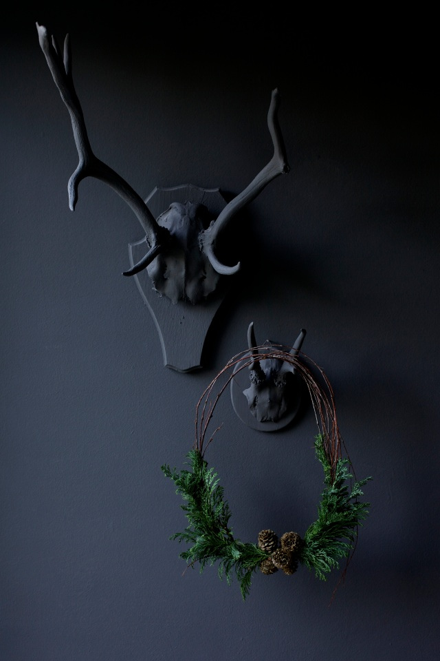 Moody and dark Christmas wreath via Stilzitat blog