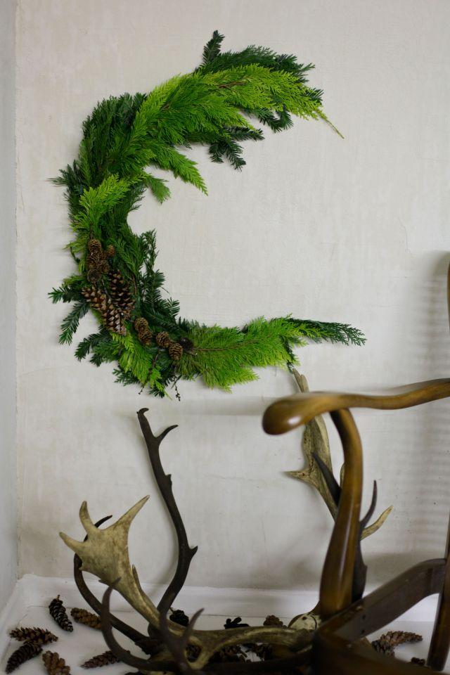 Half moon Christmas wreath via Stilzitat blog