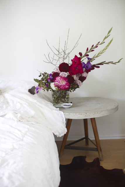 Gladioli and dahlias flower arrangement via Stilzitat blog